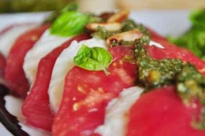Mozzarella et tomates au pesto de câpres